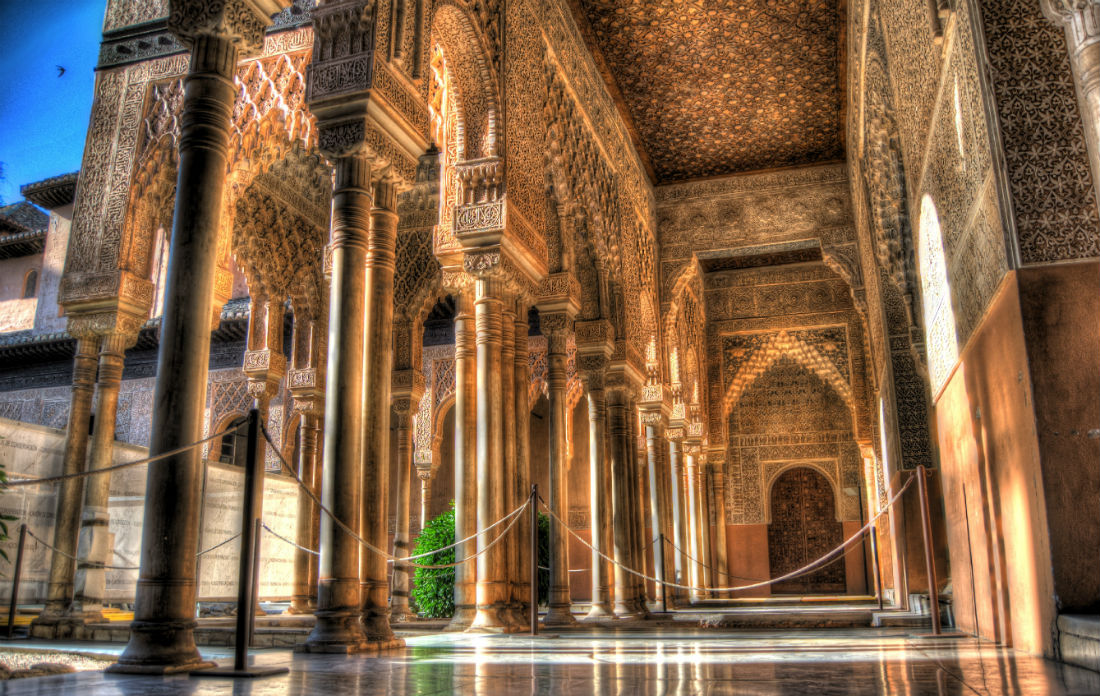 Alhambra_-_Patio_de_los_Leones_in_the_morning_sun_-_July_2011